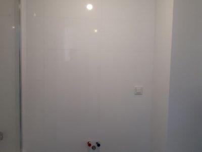 Ułożenie białych płytek łazienkowych z montażem wanny i wc podw